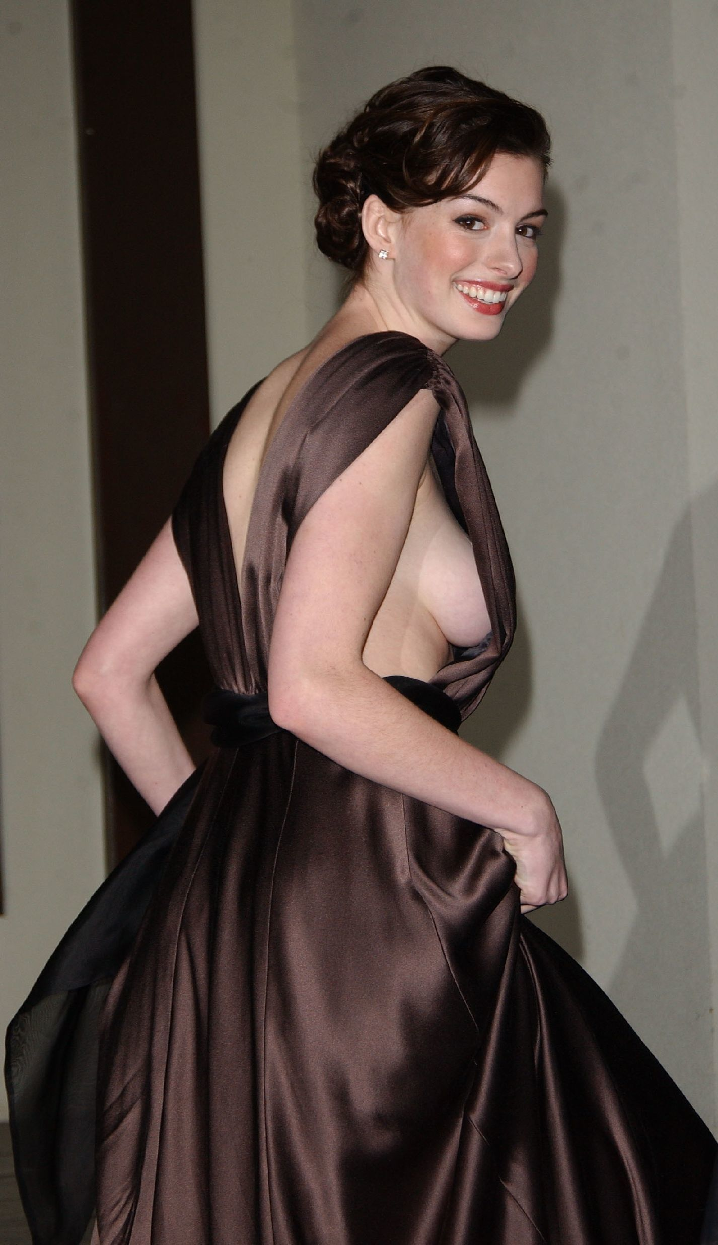 anne hathaway Actress sideboob HD Wallpaper