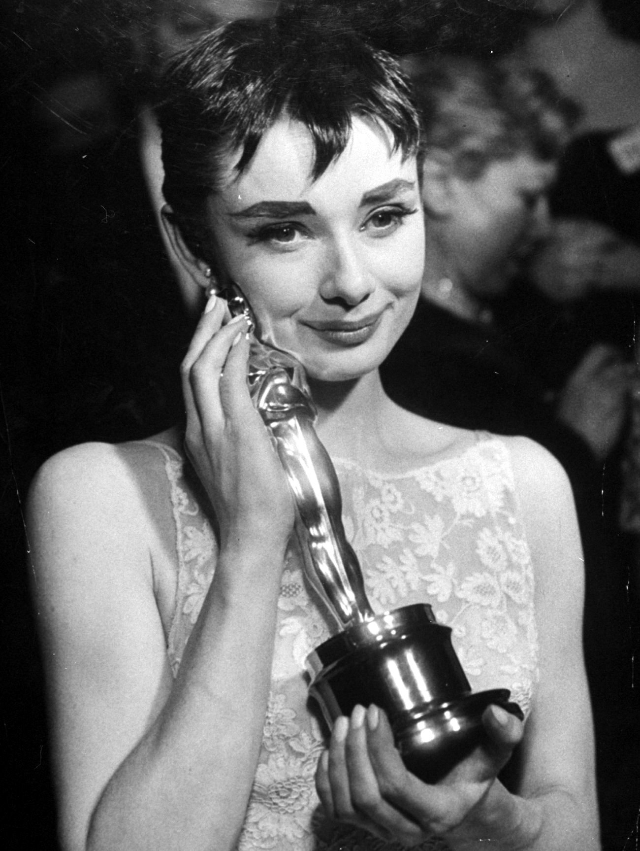 Audrey Hepburn grayscale Oscar HD Wallpaper