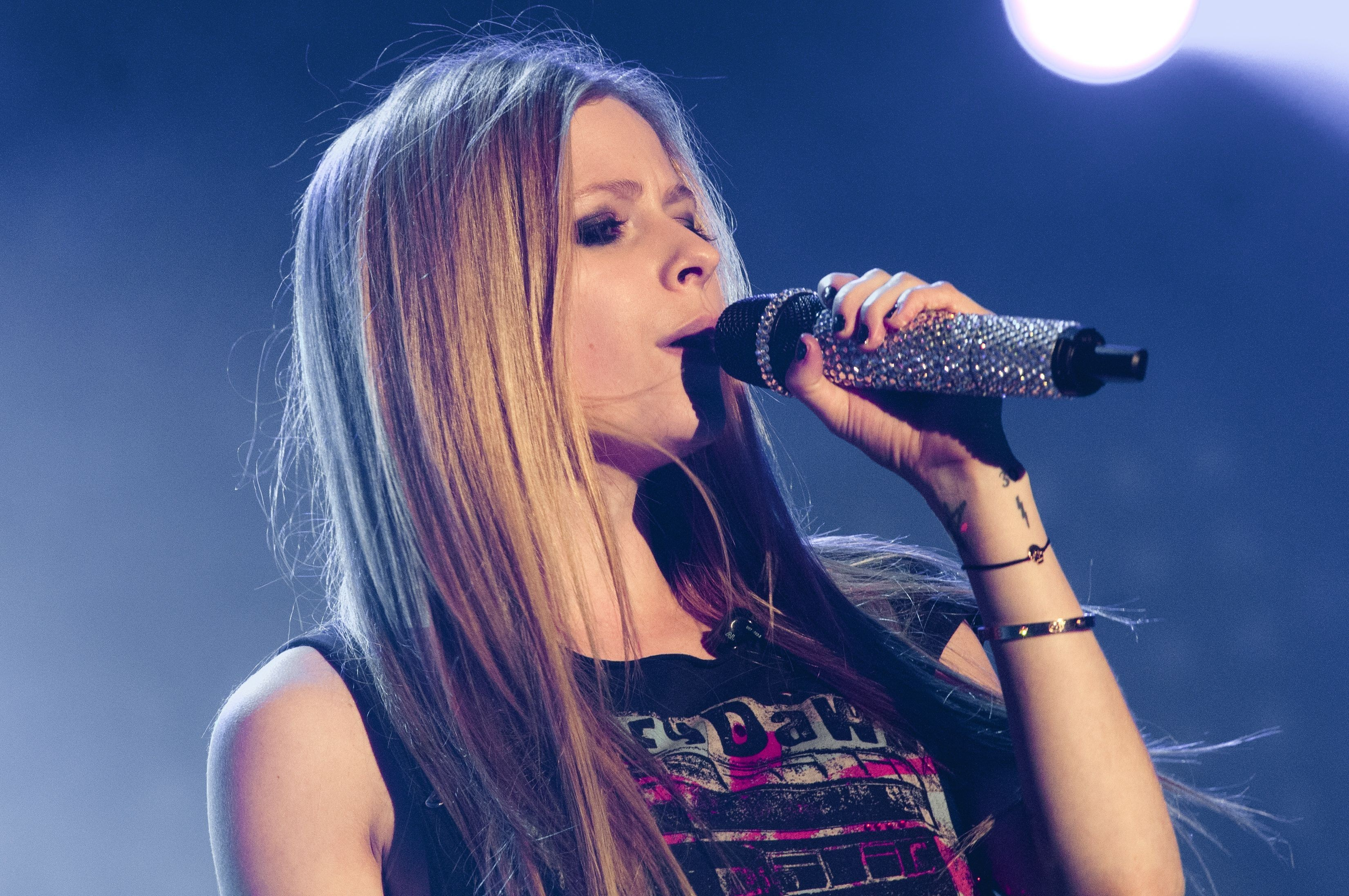 Avril Lavigne France live HD Wallpaper