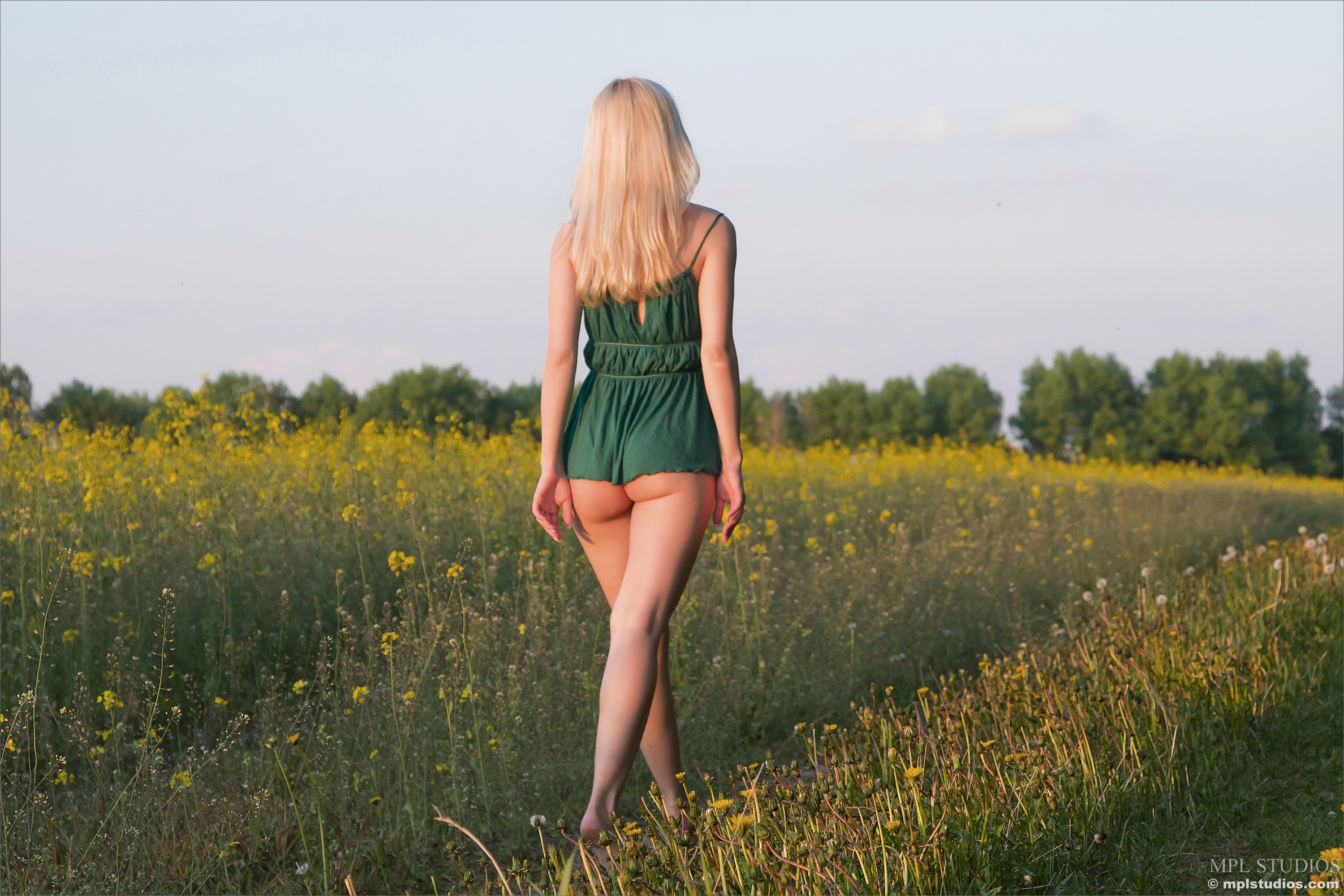 blondes legs woman walk HD Wallpaper