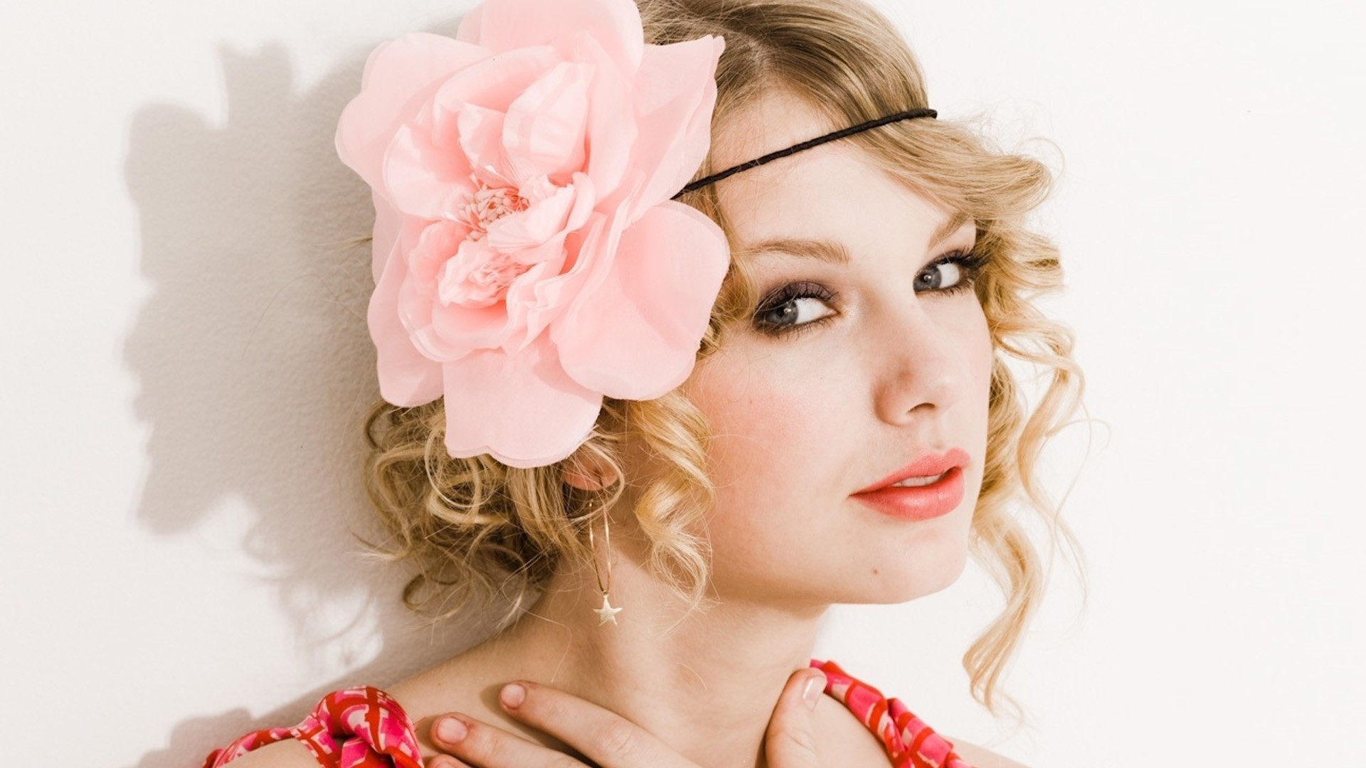 blondes woman Flowers taylor
