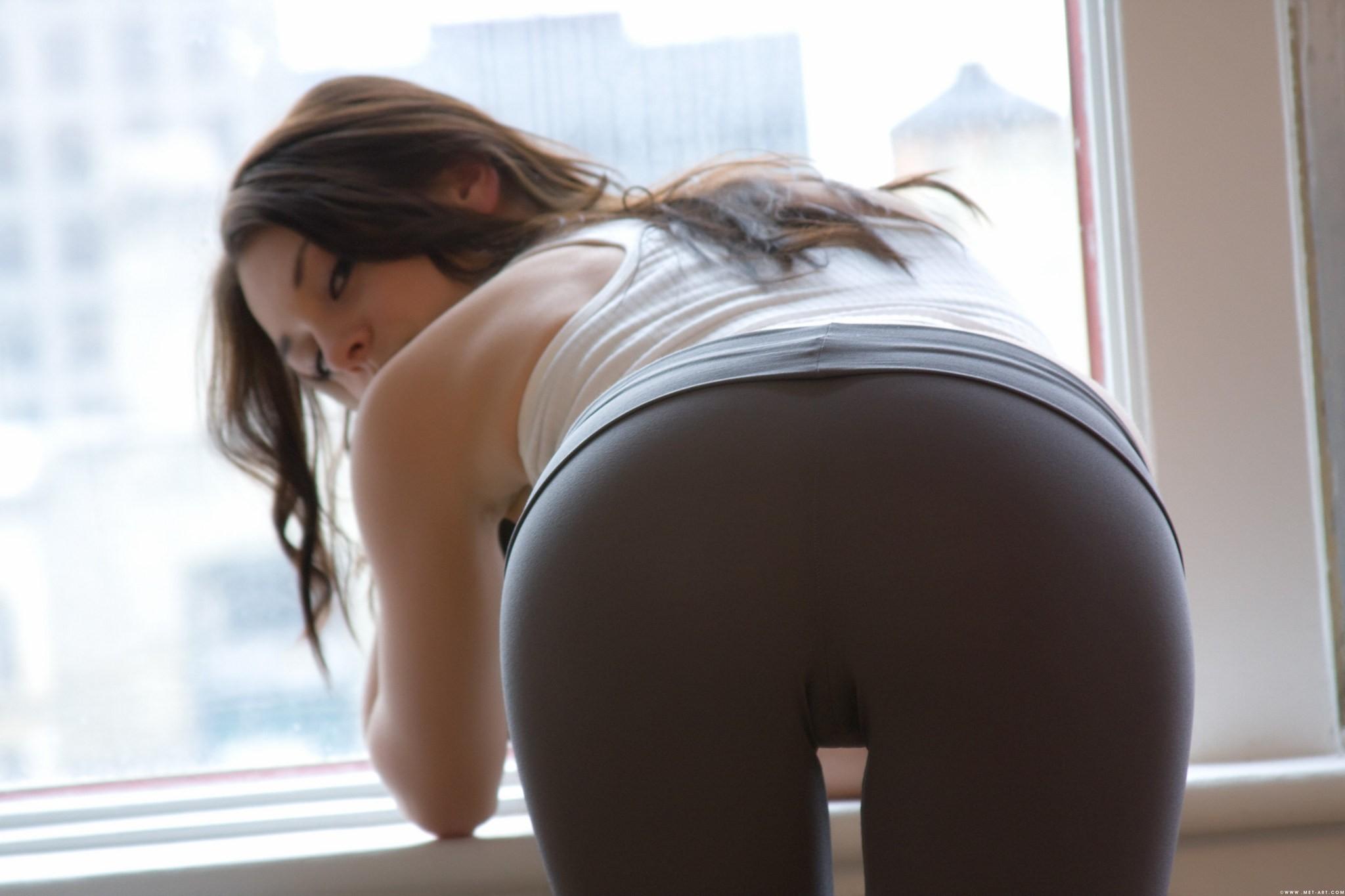 brunettes_women_ass_leggings_anna_demi_looking_back_desktop_2048x1365_hd-wallpaper-864758.jpg