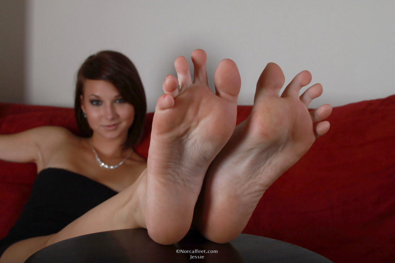 brunettes woman feet