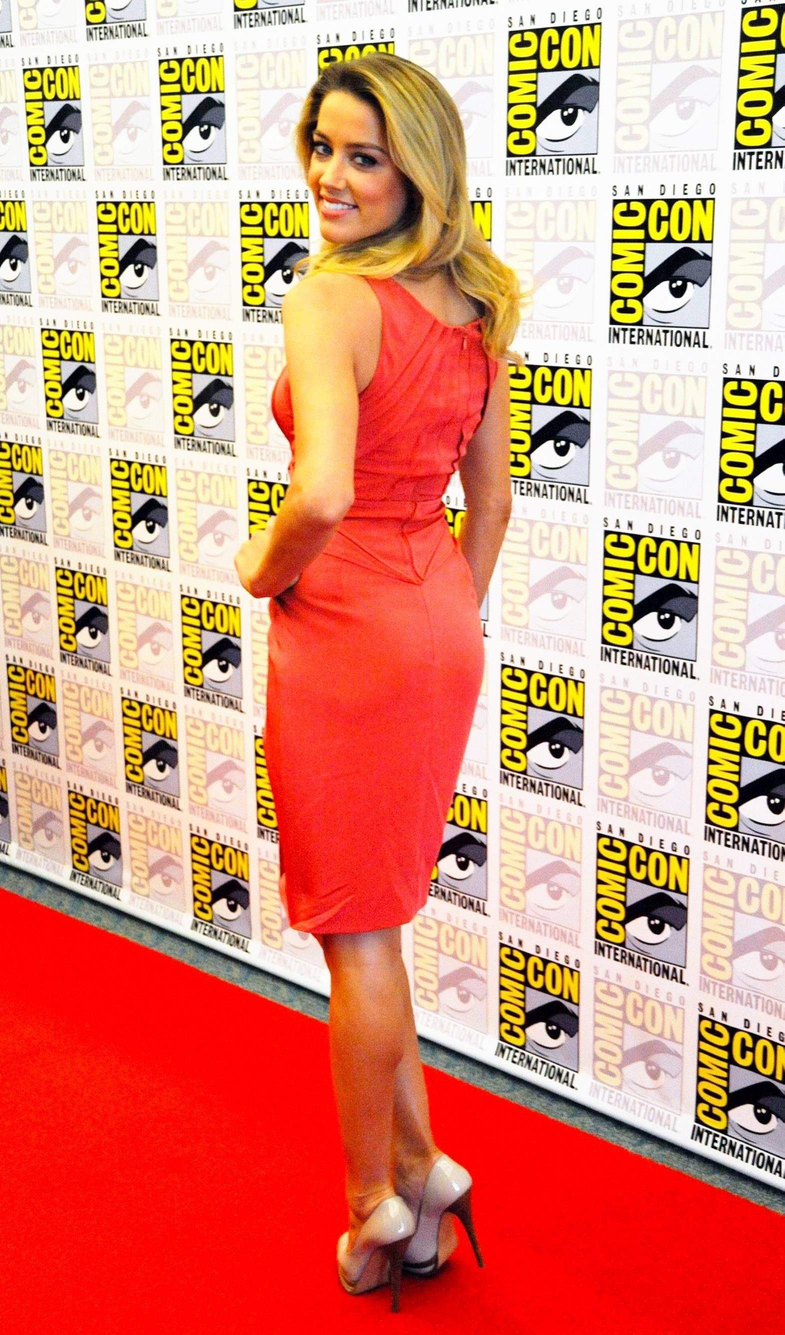Comic-Con blondes woman green HD Wallpaper
