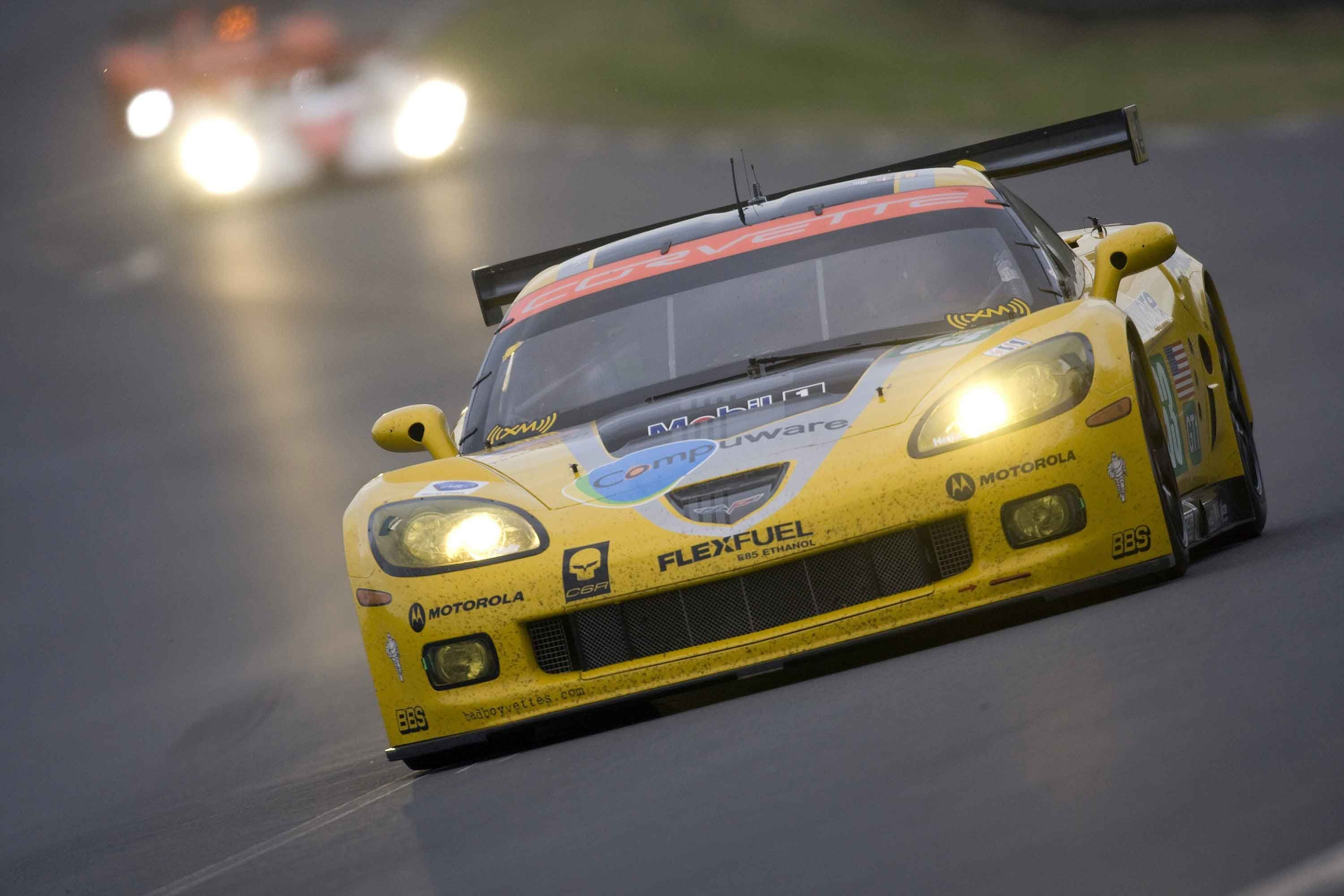 Corvette racing at midpoint HD Wallpaper