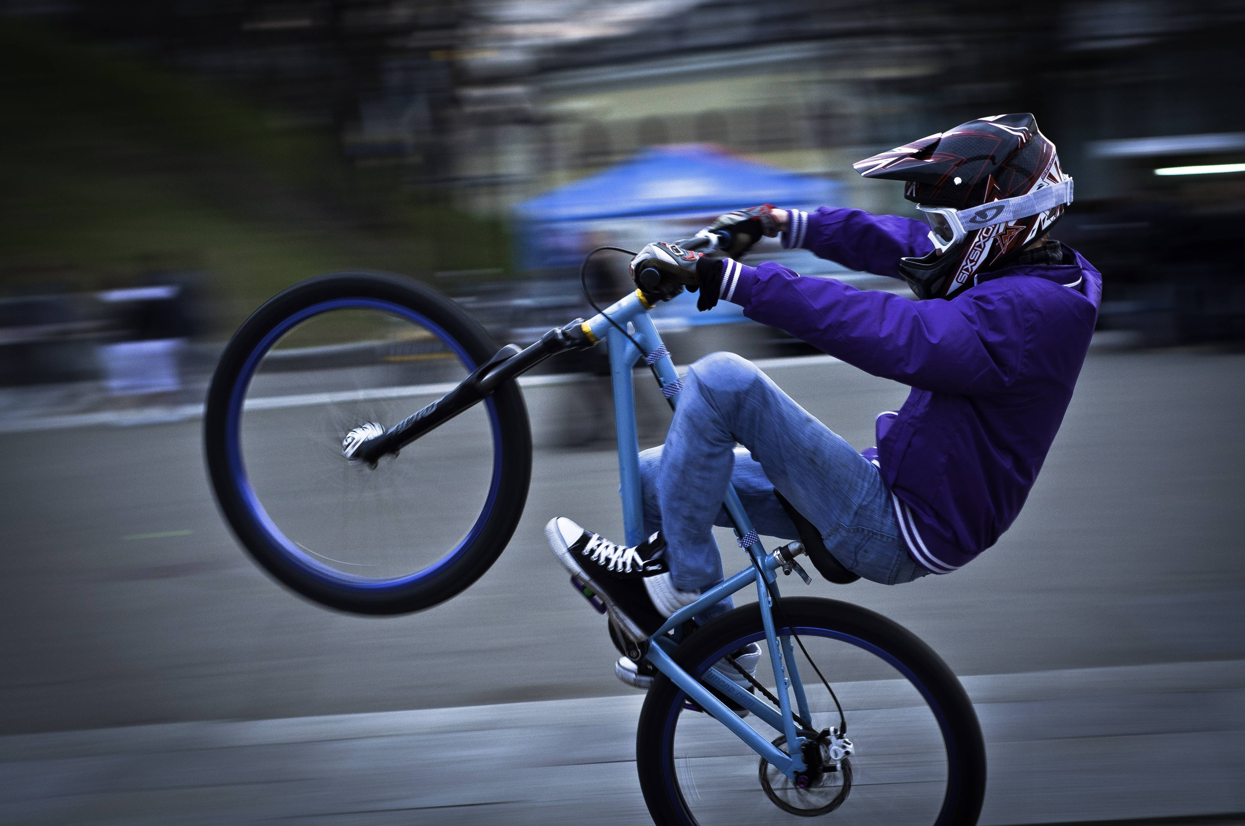 cycle wheelie mountain bikes HD Wallpaper