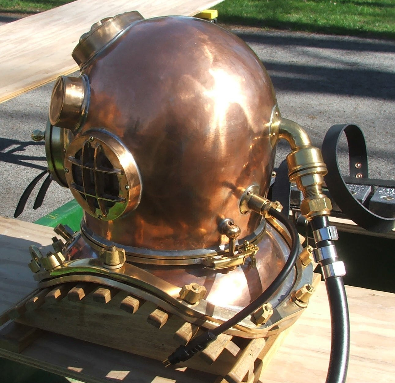 diving helmet Chinese copper HD Wallpaper