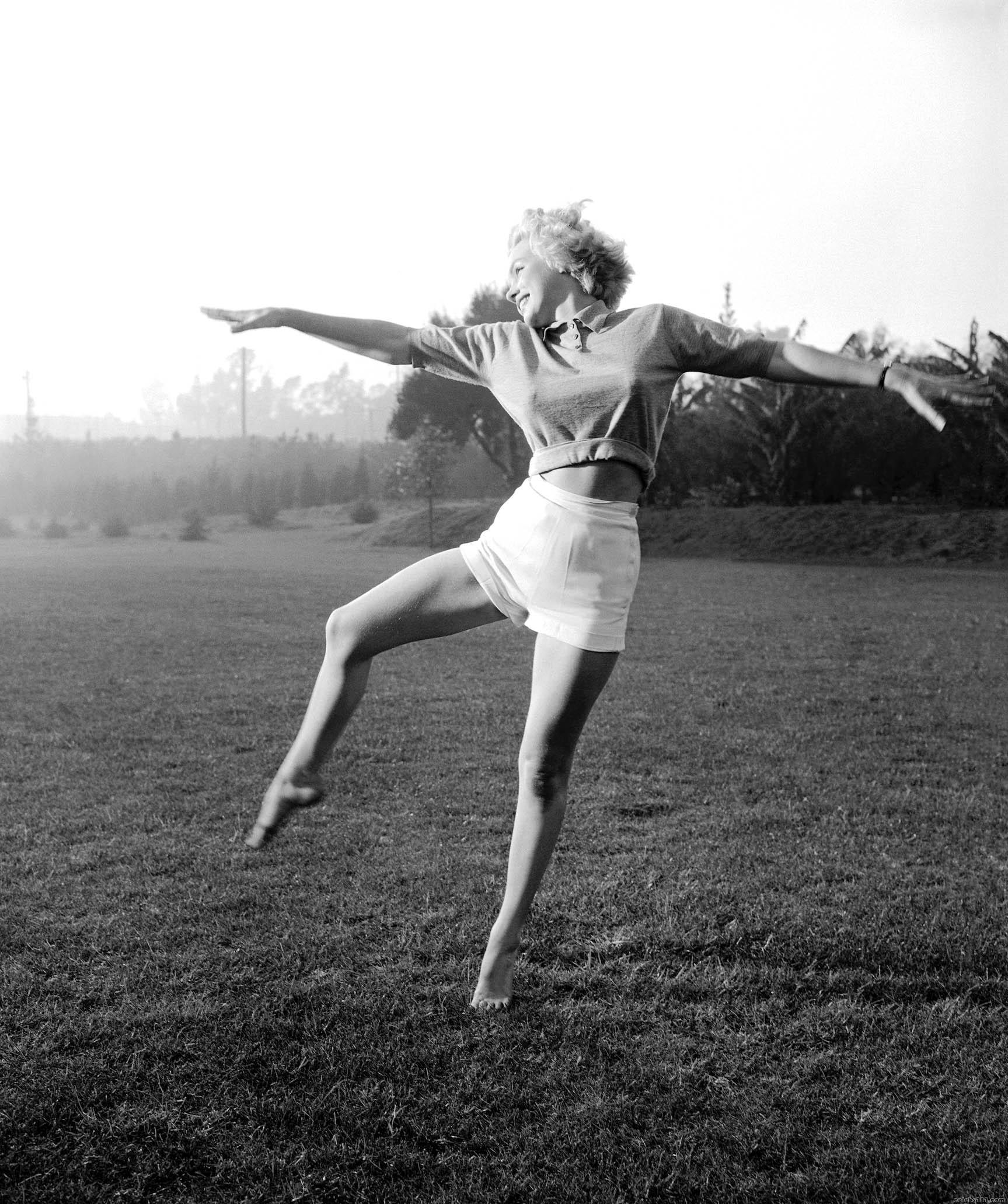 grass marilyn Monroe grayscale HD Wallpaper