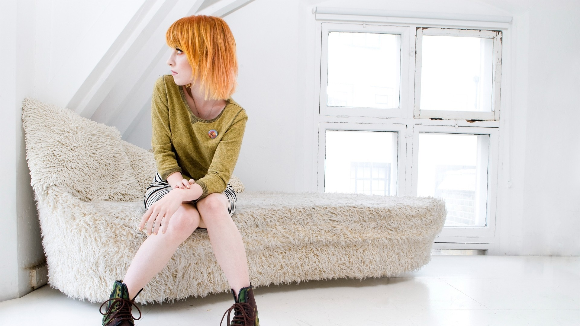 hayley williams woman couch HD Wallpaper