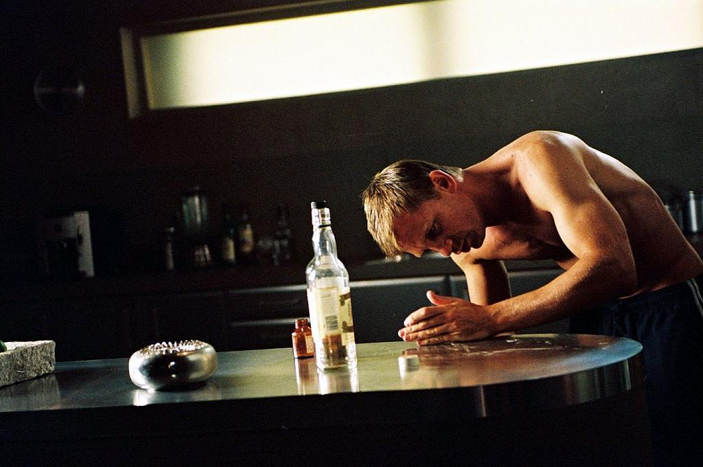 Men alcohol daniel craig HD Wallpaper