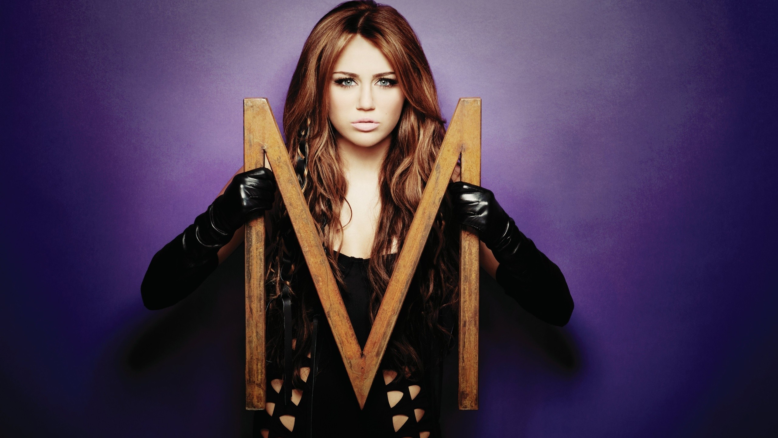 woman miley cyrus gloves HD Wallpaper