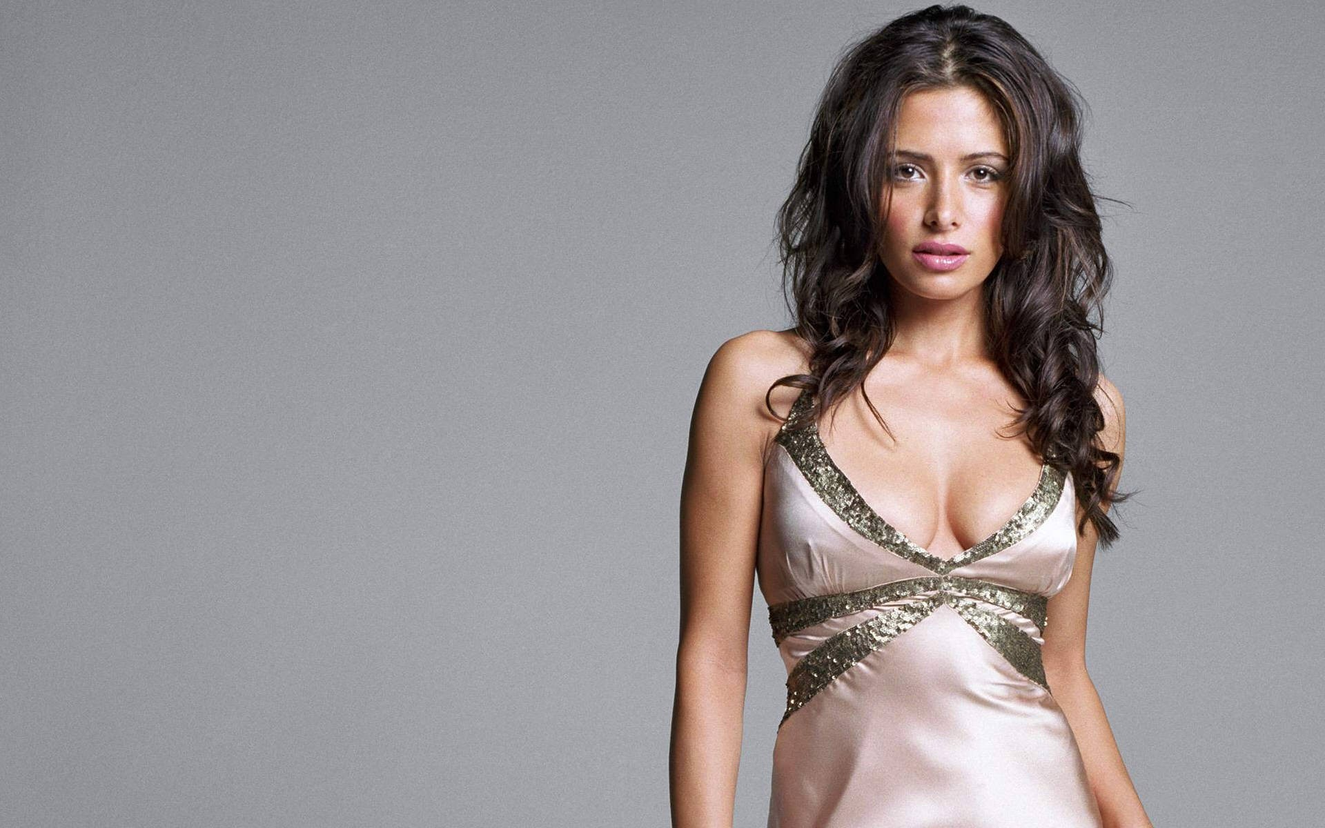 woman models Sarah Shahi HD Wallpaper